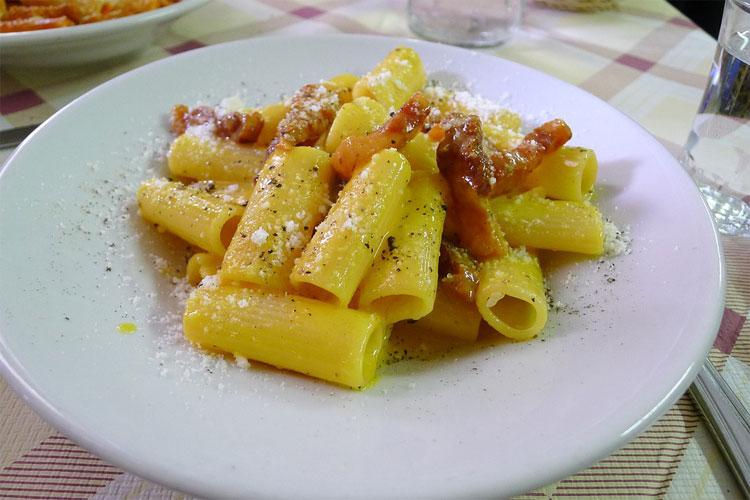 pâte-carbonara-chef-italien-cuisine-italienne-pâtes-à-la-carbonara-torti-carbonara-spaghettis-carbonara-mascarpone-tagliatelles-à-la-carbonara-cuisine-az-spaghetti-alla-carbonara-original-linguine-alla-carbonara-pâtes-carbonara-coppa-spaghetti-rapide-pasta-alla-carbonara-italiana-guanciale-recette-carbonara-avec-crème-fraîche-lard-italien-sauce-carbonara-traditionnelle